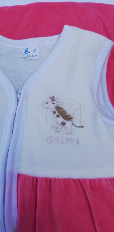 Új, nem használt, rózsaszín-fehér színkombinációjú plüss baba hálózsák. 80-as méretű. Bélelt, finom, puha. Átvételi lehetőség Budapest, Örs vezér tér, esetleg Gödöllő. - 1