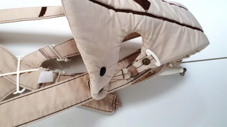 Eladó Baby Björn babahordozó, hibátlan, minden patent, és rögzítő megfelelően működik. Kitűnő támaszt nyújt a baba hátának és fejének, és garantálja, hogy a láb és a kar fiziológiai szempontból megfelelően helyezkedjen el. Minősítés:Oeko-Tex Standard 100, 1. osztály.  Mosógépben mosható. Újszülött kortól (minimum 3,5 kg) 12 kg súlyig ajánlott - 2