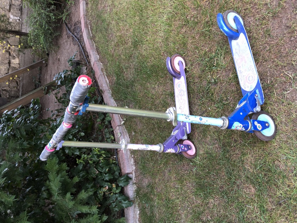 1 kisfiú és 1 kislány összecsukható Decathlon gyerek roller eredeti dobozokkal eladó. A kormánymarkolat elhasználódás miatt ragasztott. Az ár darabonként értendő. - 0