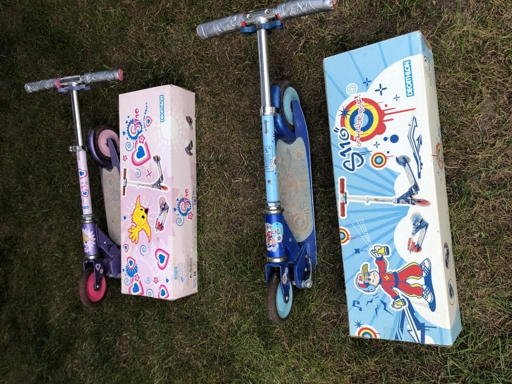 1 kisfiú és 1 kislány összecsukható Decathlon gyerek roller eredeti dobozokkal eladó. A kormánymarkolat elhasználódás miatt ragasztott. Az ár darabonként értendő. - 1