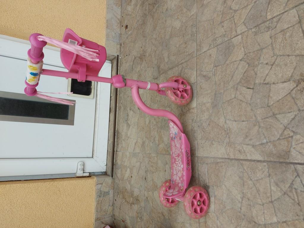 Eladó a képen látható háromkerekű kislány roller. - 1