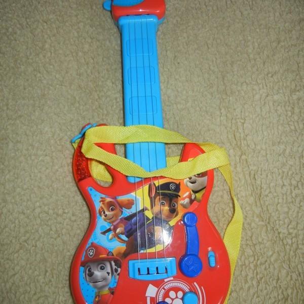 images/products/2021-05-25/cropped_elado-a-mancs-orjarat-kutyusaival-diszitett-gitar-a-hangszerben-elore-programozott-zenei-temakat-lehet-lejatszani-3-db-15v-aa-ceruzaelemmel-mukoedik-16389_0_1621927002.JPG