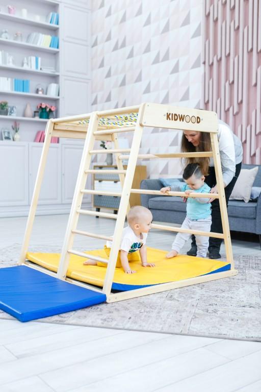 Hatoldalas KIDWOOD DOMINO játékkészlet, amely bármelyik oldalon lefektethető és megváltoztathatja a játékstílust. Az oldalra váltás új lehetőségeket nyit meg újra és újra. A borda felfelé vezet, közvetlenül a mászókeret tetejére. A majomrudak és a vontatóháló lehetővé teszi, hogy a csecsemő felmászhasson a tetejére, és mintha fészekben üljön. Méretek: alap 113 * 115 cm, magasság 110 cm. Az alapkészlet alkatrészei: oldalsó függőleges létrával és egy nagy ablakoldal hosszú lécű létrával, többszínű hálóval, 2 oldal trapéz alakú, szőnyeg. 5 különböző készletben megvásárolható kiegészítőkkel vagy külön-külön. Kiváló minőségű kivitel, biztonságos és ökológiai anyagok - tömör fa és rétegelt lemez orosz nyírból + vízbázisú lakk. Biztonsági és kémiai vizsgálatok az EN71, TUV Rheinland tanúsítványok szerint. - 1