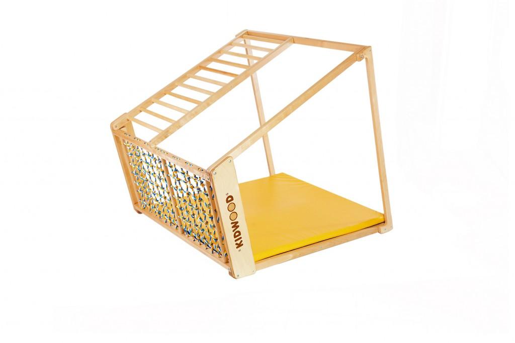 Hatoldalas KIDWOOD DOMINO játékkészlet, amely bármelyik oldalon lefektethető és megváltoztathatja a játékstílust. Az oldalra váltás új lehetőségeket nyit meg újra és újra. A borda felfelé vezet, közvetlenül a mászókeret tetejére. A majomrudak és a vontatóháló lehetővé teszi, hogy a csecsemő felmászhasson a tetejére, és mintha fészekben üljön. Méretek: alap 113 * 115 cm, magasság 110 cm. Az alapkészlet alkatrészei: oldalsó függőleges létrával és egy nagy ablakoldal hosszú lécű létrával, többszínű hálóval, 2 oldal trapéz alakú, szőnyeg. 5 különböző készletben megvásárolható kiegészítőkkel vagy külön-külön. Kiváló minőségű kivitel, biztonságos és ökológiai anyagok - tömör fa és rétegelt lemez orosz nyírból + vízbázisú lakk. Biztonsági és kémiai vizsgálatok az EN71, TUV Rheinland tanúsítványok szerint. - 3