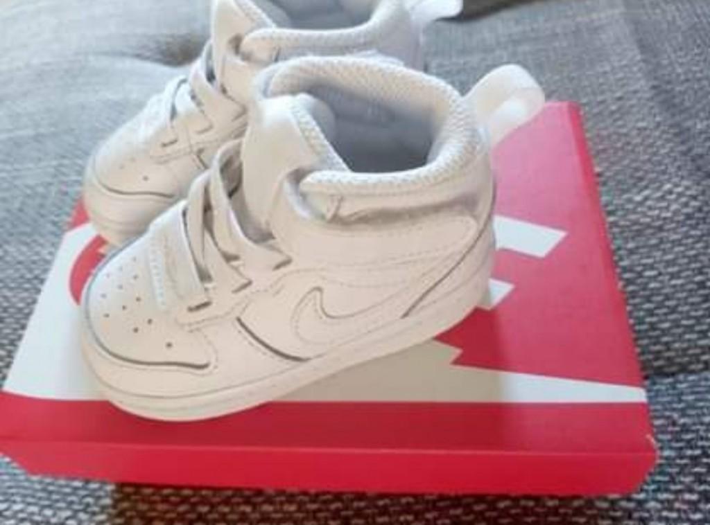 Nike  unisex - COURT BOROUGH LOW 2 TD - Fehér   Eladó Eredeti Baba Nike cipő   LEÍRÁS   19,5   Nagyon jó az értékelése a Nike márkának és az ő legújabb rövid szárú edzőcipőjének! Fehér színe egy igazi szövetséges a mindennapokban, hiszen bármilyen ruhával könnyedén összepárosítható. Mi szabhatna határt a külsejének!   ÖSSZETEVŐKSzár : Bőr és Szintetikus Bélés : Textil Belső talp : Textil Külső talp : Gumi  - 1