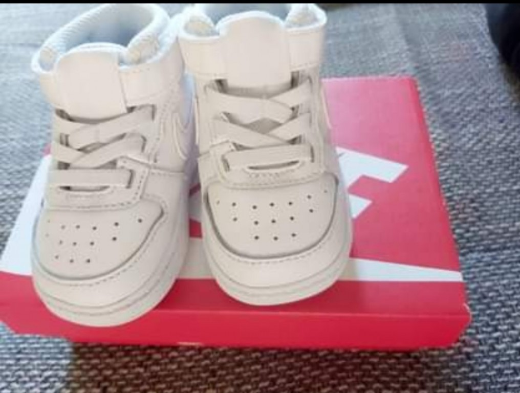 Nike  unisex - COURT BOROUGH LOW 2 TD - Fehér   Eladó Eredeti Baba Nike cipő   LEÍRÁS   19,5   Nagyon jó az értékelése a Nike márkának és az ő legújabb rövid szárú edzőcipőjének! Fehér színe egy igazi szövetséges a mindennapokban, hiszen bármilyen ruhával könnyedén összepárosítható. Mi szabhatna határt a külsejének!   ÖSSZETEVŐKSzár : Bőr és Szintetikus Bélés : Textil Belső talp : Textil Külső talp : Gumi  - 2
