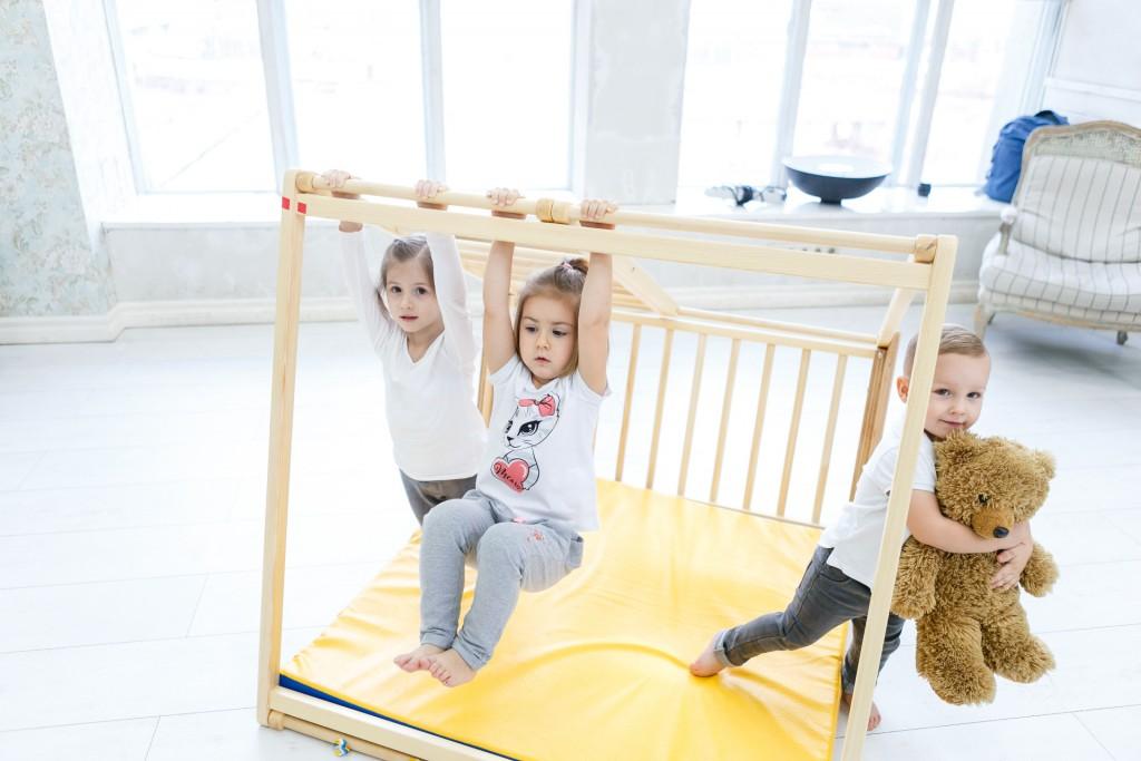 Egy fából készült baba mászókeret, amely tökéletesen alkalmas arra, hogy úgy tegyen, mintha csónakon ülne - ugyanolyan könnyű hegyré, repülővé vagy erőddé alakítani. Az oldalra fordított oldal megváltoztatása új lehetőségeket nyit meg. A létra felfelé vezet, közvetlenül a mászókeret tetejére. A vontatás oldala lehetővé teszi, hogy a gyerekek felkapaszkodjanak, visszamenjenek és átlósan mozogjanak egyik oldalról a másikra. A készlet felső része majomrudakat tartalmaz, amelyek fejlesztik a gyermekek koordinációját, és erősítik a karok és a hát különböző izomcsoportjait. Alapméretek 113 * 115 cm, magasság 110 cm. Alkatrészek az alapszerelvényben: két rúd oldala és egy rész egy többszínű háló húzására; oldalán egy létra 9 lépcsővel és egy nagy ablakkal; majom botok; 2 trapéz alakú nyitott oldal; mat. Kiváló minőségű kivitel, biztonságos és ökológiai anyagok - tömör fa és rétegelt lemez orosz nyírból + vízbázisú lakk. Biztonsági és kémiai vizsgálatok az EN71, TUV Rheinland tanúsítványok szerint. - 1