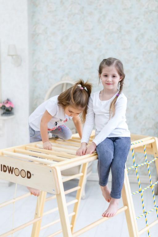 Egy fából készült baba mászókeret, amely tökéletesen alkalmas arra, hogy úgy tegyen, mintha csónakon ülne - ugyanolyan könnyű hegyré, repülővé vagy erőddé alakítani. Az oldalra fordított oldal megváltoztatása új lehetőségeket nyit meg. A létra felfelé vezet, közvetlenül a mászókeret tetejére. A vontatás oldala lehetővé teszi, hogy a gyerekek felkapaszkodjanak, visszamenjenek és átlósan mozogjanak egyik oldalról a másikra. A készlet felső része majomrudakat tartalmaz, amelyek fejlesztik a gyermekek koordinációját, és erősítik a karok és a hát különböző izomcsoportjait. Alapméretek 113 * 115 cm, magasság 110 cm. Alkatrészek az alapszerelvényben: két rúd oldala és egy rész egy többszínű háló húzására; oldalán egy létra 9 lépcsővel és egy nagy ablakkal; majom botok; 2 trapéz alakú nyitott oldal; mat. Kiváló minőségű kivitel, biztonságos és ökológiai anyagok - tömör fa és rétegelt lemez orosz nyírból + vízbázisú lakk. Biztonsági és kémiai vizsgálatok az EN71, TUV Rheinland tanúsítványok szerint. - 2