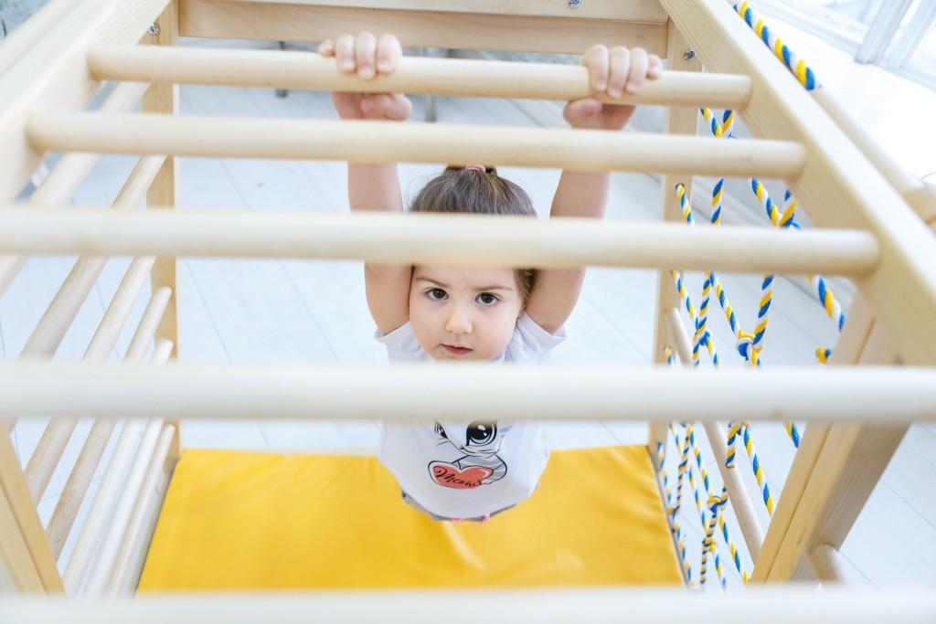 Egy fából készült baba mászókeret, amely tökéletesen alkalmas arra, hogy úgy tegyen, mintha csónakon ülne - ugyanolyan könnyű hegyré, repülővé vagy erőddé alakítani. Az oldalra fordított oldal megváltoztatása új lehetőségeket nyit meg. A létra felfelé vezet, közvetlenül a mászókeret tetejére. A vontatás oldala lehetővé teszi, hogy a gyerekek felkapaszkodjanak, visszamenjenek és átlósan mozogjanak egyik oldalról a másikra. A készlet felső része majomrudakat tartalmaz, amelyek fejlesztik a gyermekek koordinációját, és erősítik a karok és a hát különböző izomcsoportjait. Alapméretek 113 * 115 cm, magasság 110 cm. Alkatrészek az alapszerelvényben: két rúd oldala és egy rész egy többszínű háló húzására; oldalán egy létra 9 lépcsővel és egy nagy ablakkal; majom botok; 2 trapéz alakú nyitott oldal; mat. Kiváló minőségű kivitel, biztonságos és ökológiai anyagok - tömör fa és rétegelt lemez orosz nyírból + vízbázisú lakk. Biztonsági és kémiai vizsgálatok az EN71, TUV Rheinland tanúsítványok szerint. - 3